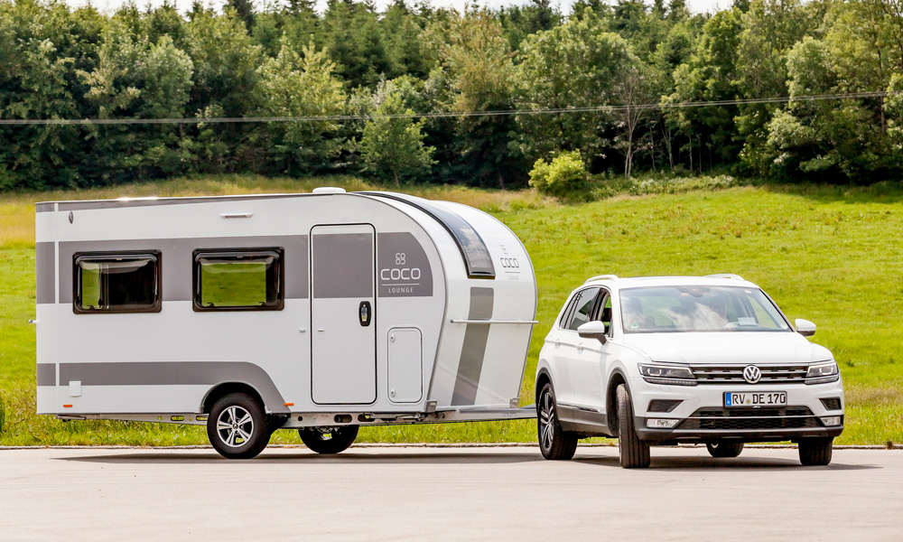 Dethleffs has developed a lightweight caravan with electric drive on the wheels. E.home.Coco should thus be able to be pulled by even small cars or electric cars, even if the batteries in the car weigh a few hundred kilos