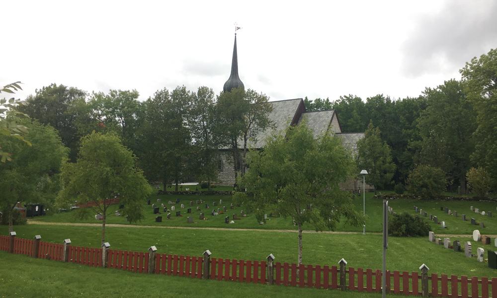 """De prachtige middeleeuwse kerk Alstahaug is prachtig gelegen op het eiland Alsten, vlakbij de berg """"The Seven Sisters"""", en slechts een paar kilometer ten zuiden van Sandnessjøen."""