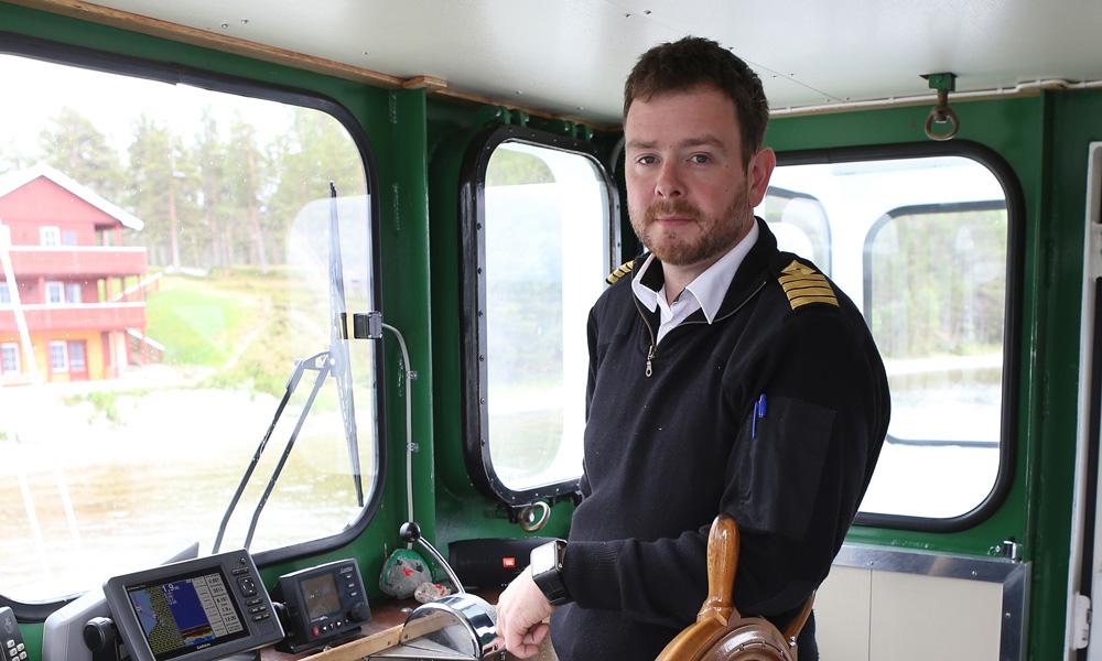 Skipper Per Erik Husøy i førerhuset på Fæmund II.