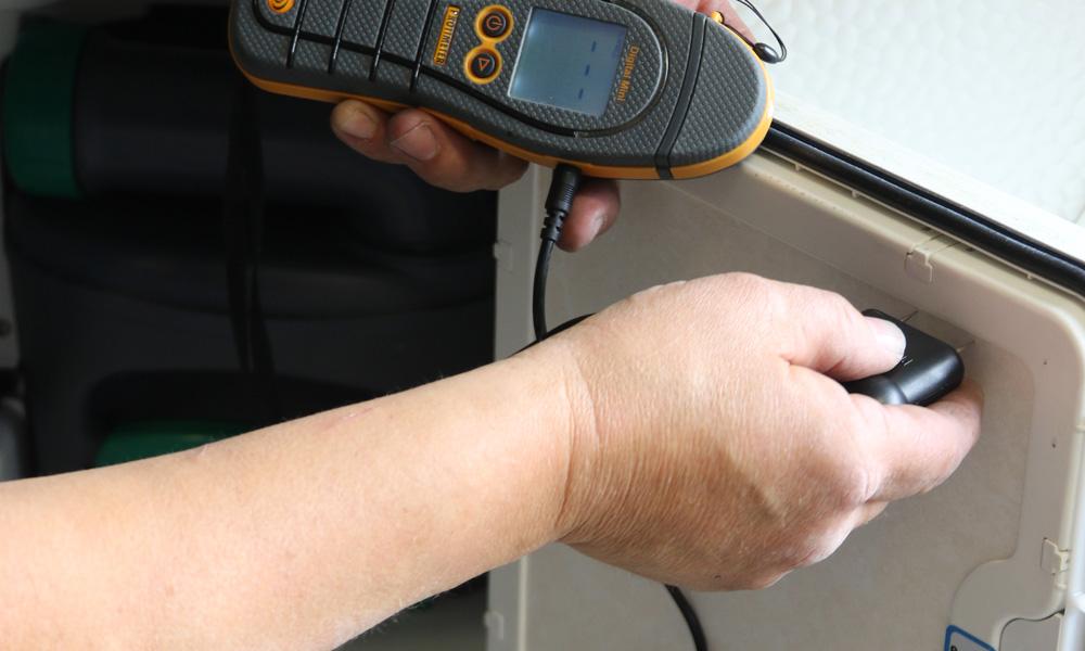 Strøm fra et batteri mellom to spisselektroder viser vann eller fuktighet