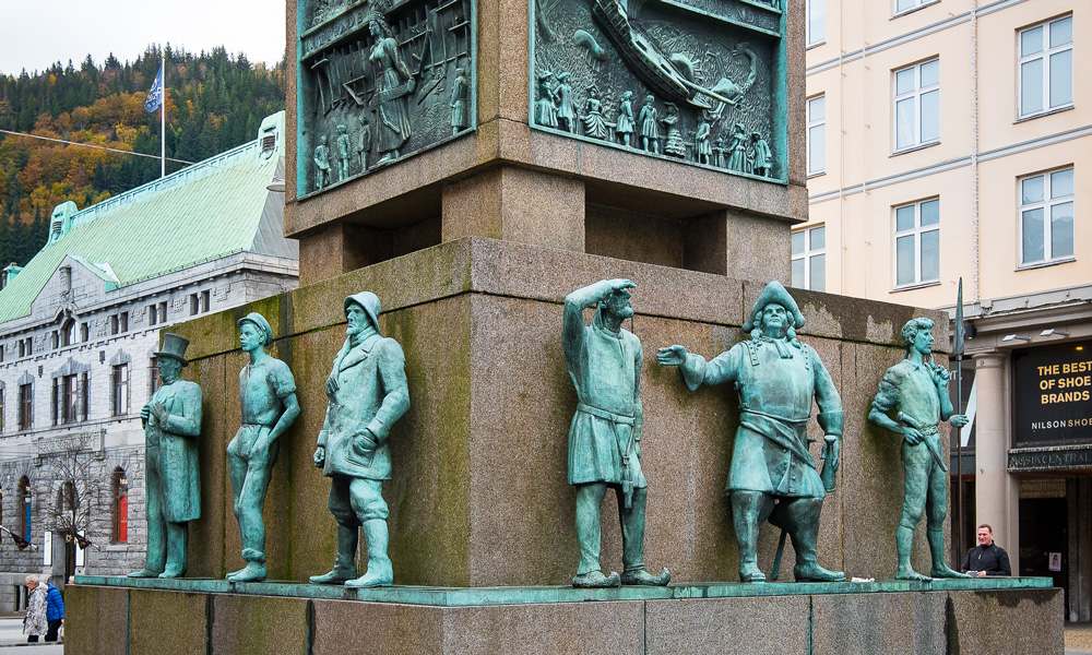 Lovely types of this monument on Torgalmenningen, the city's great hall.