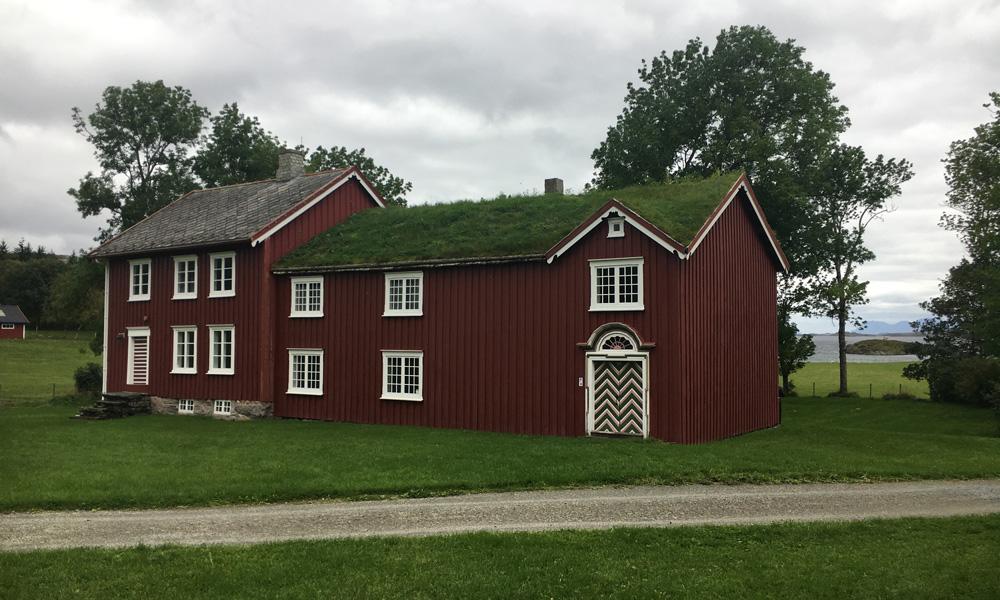 De pastorie bestaat uit verschillende beschermingswaardige gebouwen. Het oudste (noordelijke) deel van het samengestelde hoofdgebouw dateert uit ongeveer 1752.
