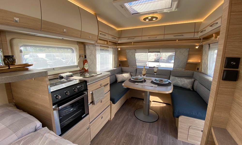 Ruime keuken met nieuwe koelkast, oven en afzuigkap