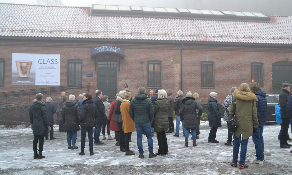 The audience is eagerly awaiting the opening of the exhibition (a little fog that day…)