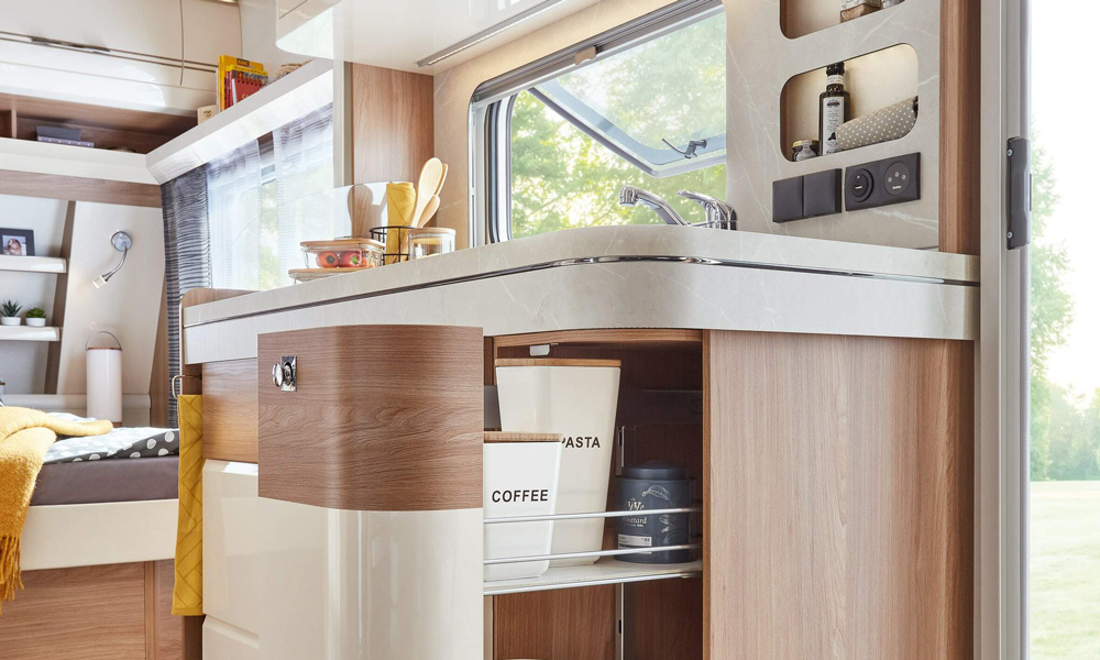 Lyst treverk og hvit høyglans bidrar til å gi kjøkkenet i Hobby Excellent-modellene et elegant og smakfullt utseende. Smart skuffløsning.