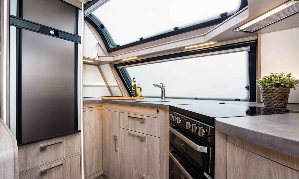 Det er nå mulig å velge kompressordrevne kjøle- og fryseskap montert i KABE campingvognene. Disse kombinerer lavt energiforbruk med god kjøle-evne.