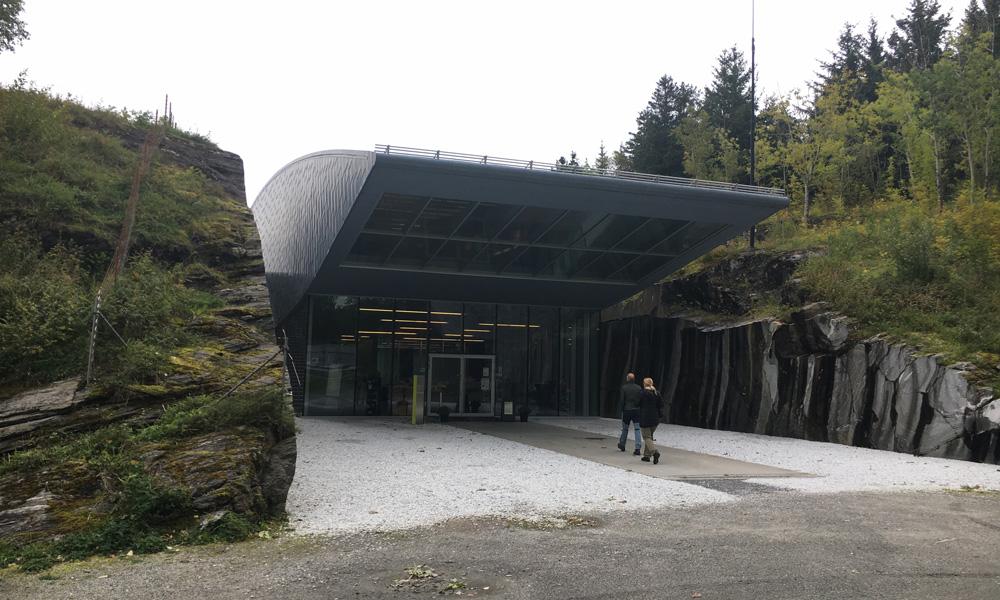 Het architectenbureau Snøhetta staat achter het spectaculaire museumgebouw dat in 2007 werd geopend. Dit is een van de belangrijkste signaalgebouwen van Nordland.