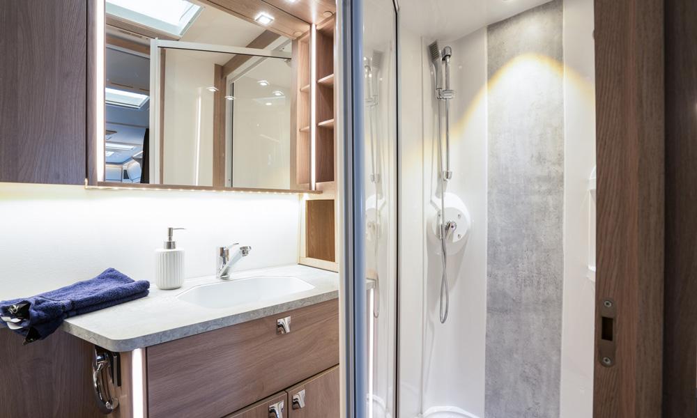 Et ny-designet baderom, der både vannbåren varme i gulvet og et større dusjkabinett inngår, er plassert bakerst i flere av modellene.