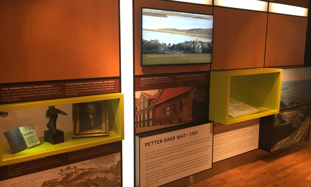 De permanente tentoonstelling gaat over het leven en werk van Petter Dass, dat wordt overgebracht via beeldende kunst, sculpturen, film en luisterplekken.