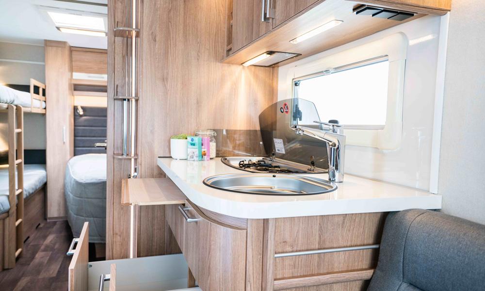 Kjøkkenet er sentralt plassert i Classic. I soverommet bakerst kan vi skimte køyesenger som er montert som et tilvalg.