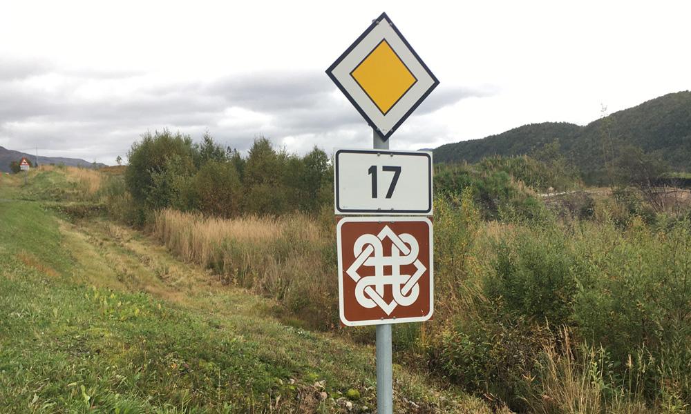 """Fylkesvei 17 is een cultureel en visueel genot, onderbroken door vele korte veerbootroutes. Het heet """"Kystriksveien"""" en loopt van Steinkjer en bijna tot Bodø."""