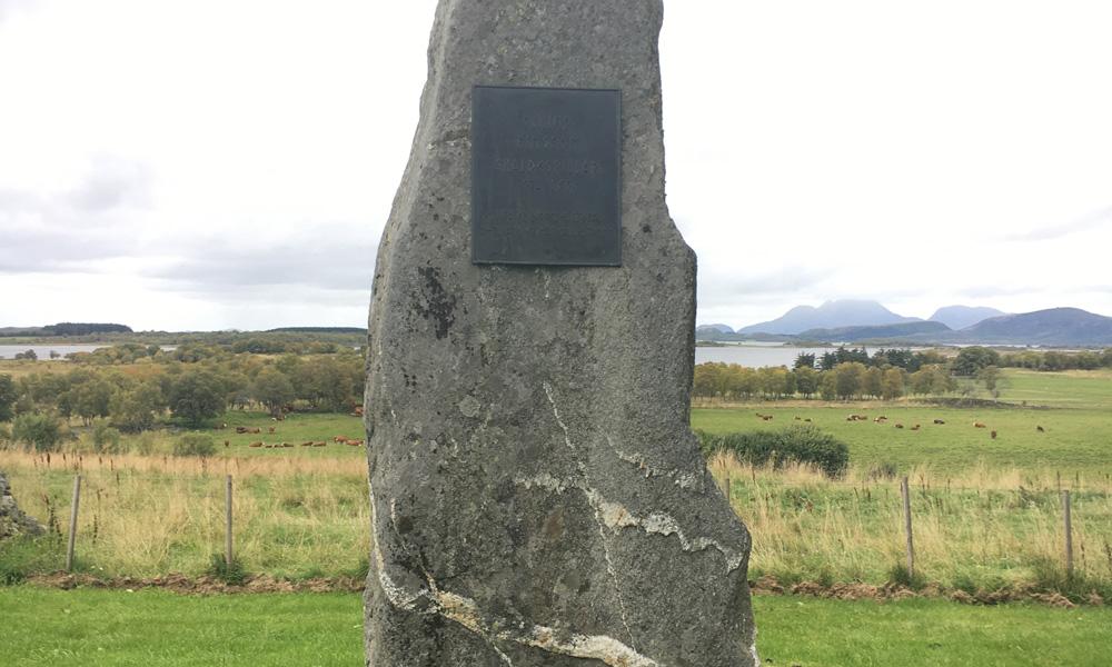 Een van de eerste dingen die je op het eiland Alsten tegenkomt op weg naar het noorden is deze bauta op Tjøtta. Dit is opgericht ter nagedachtenis aan Hårek, die het boerenleger leidde tijdens de slag om Stiklestad in 1030.