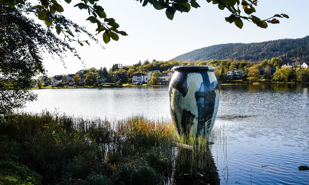 The hiking trails along Tveitevannet offer applied art signed Kjell Nupen.