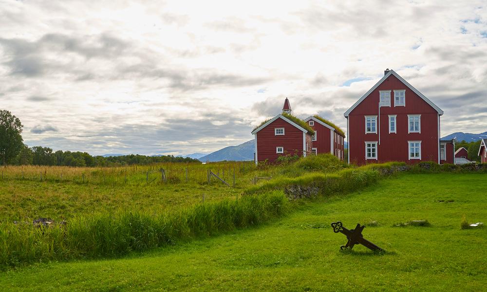 Senja biedt prachtige natuur en magische ervaringen, zoals Tranøy, een oude kerksite uit de 1200e eeuw. Foto: Studio Dreyer Hensley