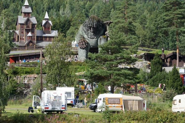 Hunderfossen Family Camping mit seinen magischen Schlössern ist eine Familienattraktion