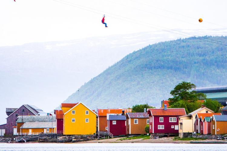 Sie können 700 Meter in einer Seilrutsche schweben, wobei Mosjøen und Sjøgata unter Ihnen liegen. Foto: Hans Petter Sørensen, Faroutfocus.