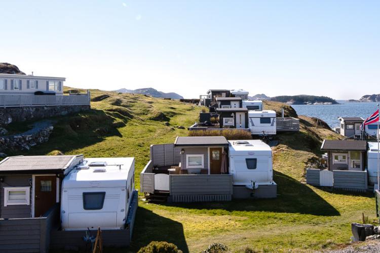 Zwischen den Hügeln und den Bergen mit dem Meer auf dem Campingplatz Tyrnevik haben 32 Gründer ihr Paradies gefunden