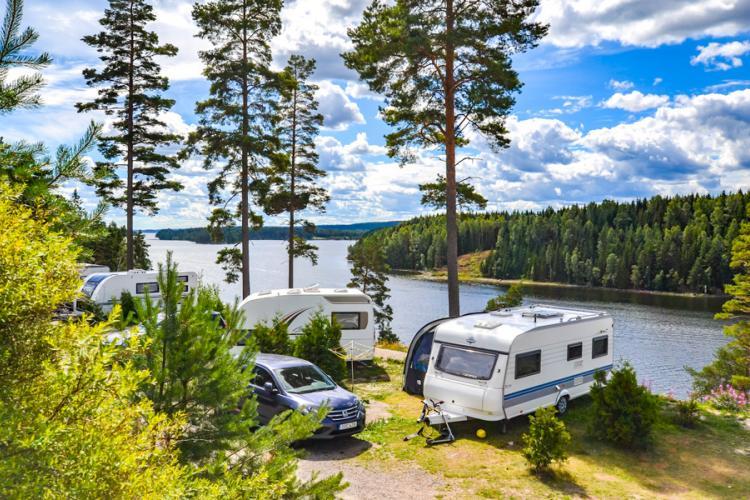 Årjäng in Värmland, Einige der Grundstücke auf dem Sommarvik Camping bieten einen Blick auf das Wasser. Foto von Johanna Franssson