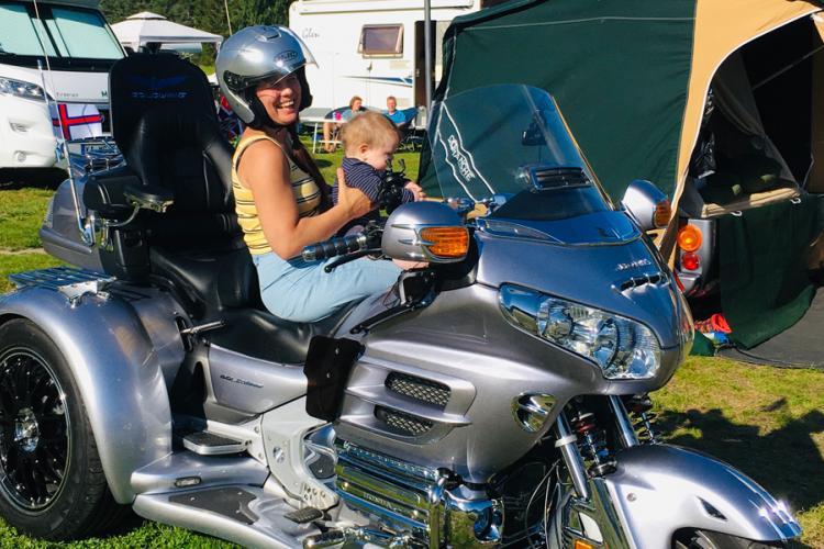 Sandviken Camping, Tochter Lena mit Enkelin Sondre musste das Dreirad testen