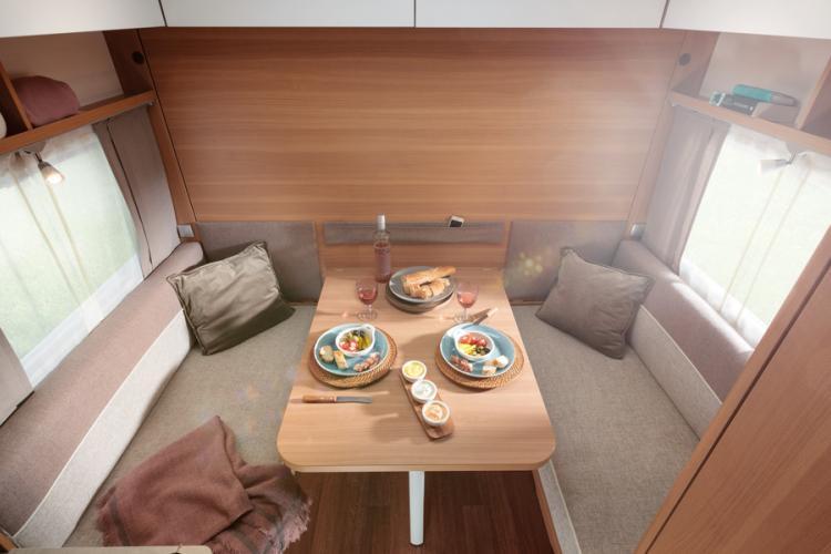 """Met Style 400F heeft LMC een compacte trolley uitgebracht met een goede binnenruimte en comfort, hier wat ze de """"keukentafel"""" noemen"""